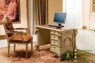 Meja dan Kursi Kerja Mewah